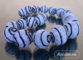 Naszyjnik z niebieskich kulek z czarnym wzorkiem